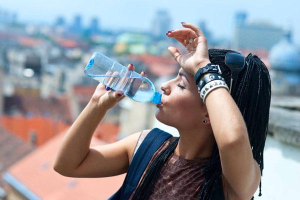 Как избежать обморока в летнюю жару? Первая помощь