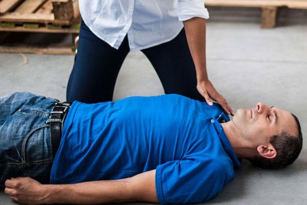 Обморок: симптомы, причины, действия