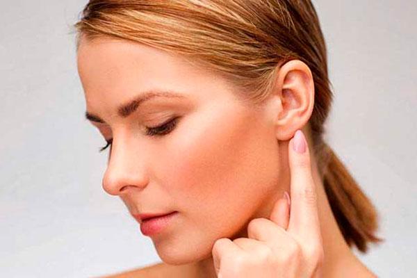 Боль возле уха: причины и что делать